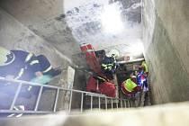 Profesionální hasiči z Dobrušky společně s dobrovolnými hasiči z Nového Města nad Metují pomohli muži, který spadl do asi dvoumetrové šachty v opuštěném objetu v Nové Městě nad Metují.