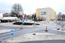 Nově upravená okružní křižovatka v Náchodě u Čedoku.