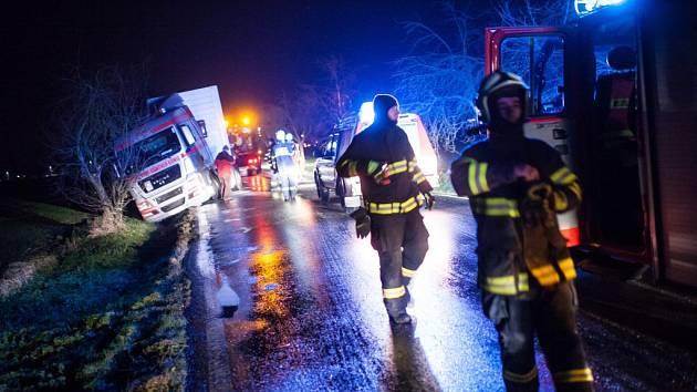 Hasiči museli v pondělí v regionu vyprošťovat desítky vozidel. Jedna z nehod se stala u obce Spy.