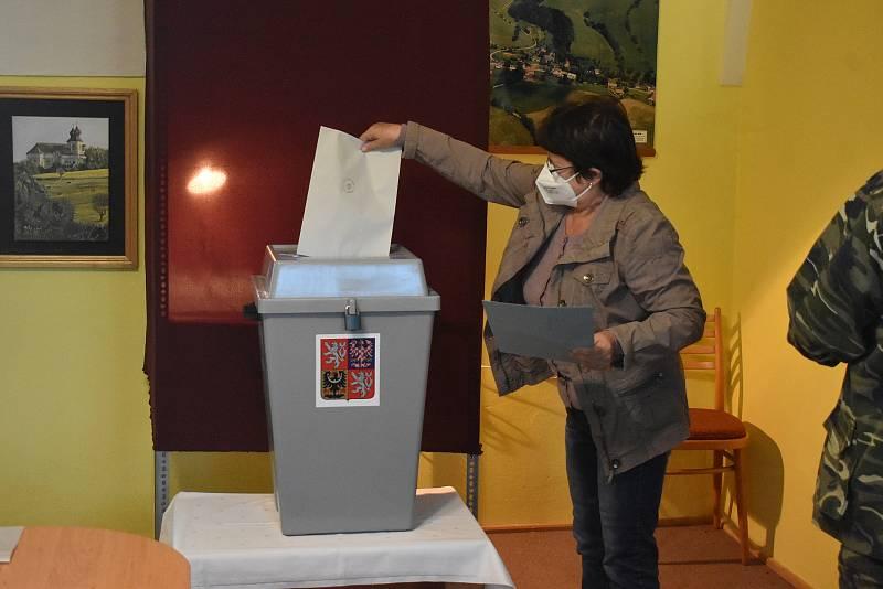 V Šonově dlouhé roky vyhrávali volby komunisté. ty poslední ovládlo ANO. Mladší generace by ale chtěla už razantnější změnu.