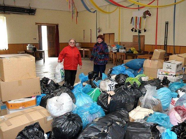 Od ranních hodin začali místní obyvatelé nosit do sálu Sokolovny věci, které již sami neupotřebí.