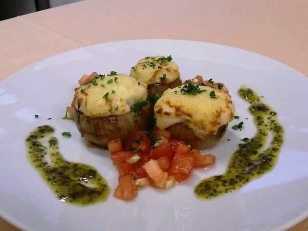 Konfitované cibulové košíčky zapečené s tuňákem Rio Mare a parmazánem obložené vlažným rajčatovým salátkem.
