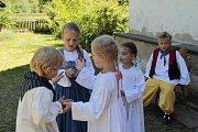 Na Starém bělidle vítala návštěvníky babička s vnoučaty.