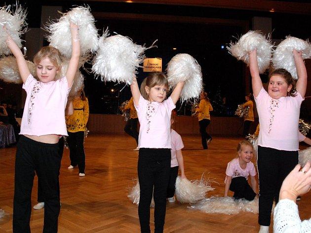 V Čapkově sále v Hronově se při premiérovém školním plese představily i budoucí mažoretky.