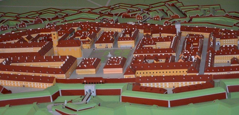 V josefovském Bastionu IV byl v sobotu k vidění i model pevnosti Josefova, na kterém už čtvrtým rokem pracuje pan Vladimír Jirouš.