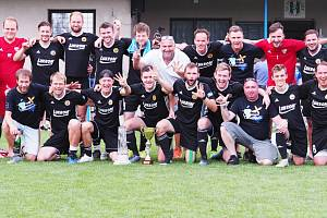 FK Luhačovice, vítěz 43. ročníku Lázeňského poháru ve Velichovkách, s trofejemi a Ladislavem Škorpilem (vlevo).