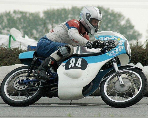 DVĚ VÍTĚZSTVÍ a jedno druhé místo. To je vizitka velkopetrovického Miloše Théra z posledních tří závodů historických motocyklů.
