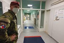 Náchodské nemocnici už začali pomáhat vojáci