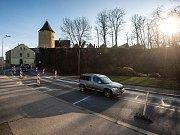 V Novém Městě nad Metují musejí regulovat dopravu při průjezdu náměstím.
