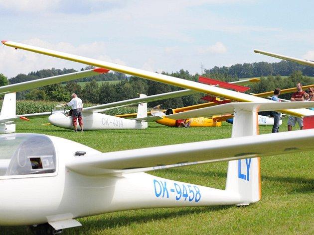 Mezinárodní závody kluzáků - XI. Orlíkovské přeháňky, které pořádá Aeroklub Hronov za podpory Královéhradeckého kraje, se po celý týden konají na letišti ve Velkém Poříčí.