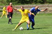 Vítězně se s letošní sezónou rozloučili fotbalisté Mezilesí (ve žlutém), kteří v tradičním derby přehráli letos nevýraznou Velkou Jesenici 3:2.