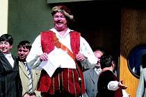 S NÁVRATEM ZPĚT DO ČECH se František Pivoňka vrátil i na prkna, která znamenají svět. V současnosti je členem DS Jiráskova divadla. Na snímku v kostýmu Falstaffa z Veselých paniček Windsorských při loňském zahájení Jiráskova Hronova.