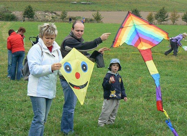 Velká drakiáda, která se konala první říjnovou neděli v Teplicích nad Metují, se těšila rekordní účasti dětí, rodičů i prarodičů.