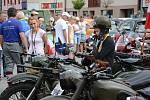Sedmé Walbrzyšské mezinárodní rallye historických vozidel přispělo k letnímu obohacení kulturních akcí v regionech Náchodska, Broumovska a Dolního Slezska. Jednou ze zastávek bylo náměstí v Polici nad Metují.