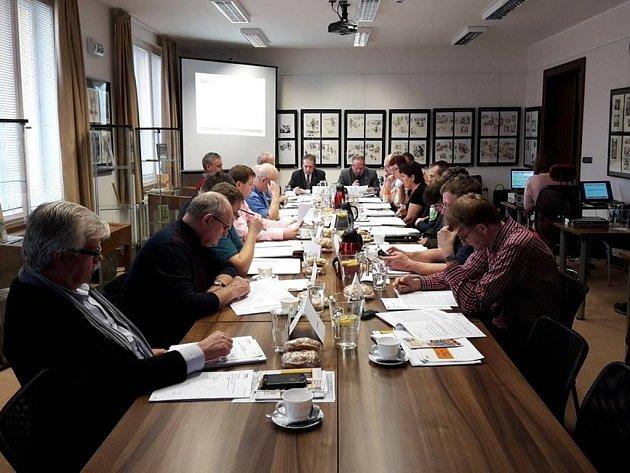STAROSTA PETR HABLE předčítá přítomným zastupitelům Zprávu o stavu města v roce 2015.
