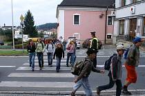 V souvislosti s akcí BESIP zajišťuje městská policie v Červeném Kostelci bezpečné ranní přecházení školní mládeže přes komunikaci na náměstí T. G. M.