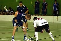 JAROMĚŘŠTÍ florbalisté (v tmavém) prohráli v úvodním zápase Národní ligy doma s Kadaní.