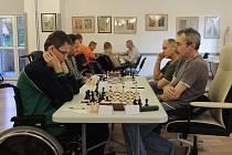 NÁCHODSKÝ šachista Otto Nývlt (vpravo) v partii s Martinem Sekáčem.