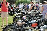 PESTRÁ UKÁZKA automobilů, motocyklů, traktorů i nákladních vozidel se představila návštěvníkům při nedělní výstavě veteránů v Bezděkových sadech v Polici nad Metují.