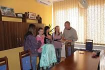 Na radnici ve čtvrtek 5. května zavítaly ředitelka školy Helena Řezníčková spolu s paní učitelkou Kateřinou Havelkovou a žákyně 9. ročníku, které se pochlubily svým úspěchem zapsaným do České knihy rekordů.
