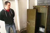 """U zadrženého muže byl nalezen i trezor, který minulý týden zmizel z Obecního úřadu Rychnovek. Jak těžkou """"jarmaru"""" dostal ven, však pachatel neprozradil. Mezi zadrženými věcmi byly například i housle nebo staré hasičské přilby."""