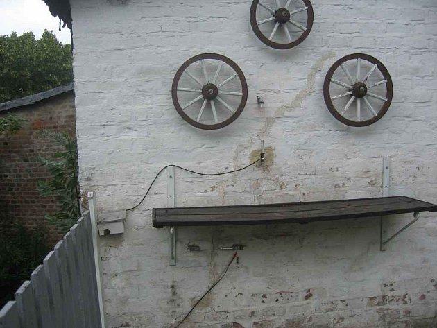 Pohyb skal je příčinou trhlin na stěnách domů. Proto je nutné je stále monitorovat.