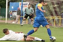 ČESKOSKALICKÝ Libor Zítko se vyhýbá skluzu černilovského Jana Hrubého v utkání, které po poločase 0:1 nakonec domácí otočili na konečných 3:1.
