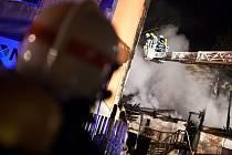 ŠEST JEDNOTEK HASIČŮ likvidovalo v noci z pondělí na úterý rozsáhlý požár kůlny s garáží v Tyršově ulici v Náchodě.