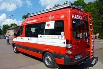 NOVÝ ZÁSAHOVÝ AUTOMOBIL si slavnostně převzali do užívání dobrovolní hasiči v Meziměstí.