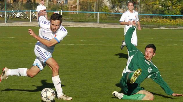 DALŠÍ domácí ztrátu si do tabulky připsali divizní fotbalisté Jaroměře (v bílém), kteří v neděli nestačili na soupeře z Nového Boru, jemuž podlehli 1:2.