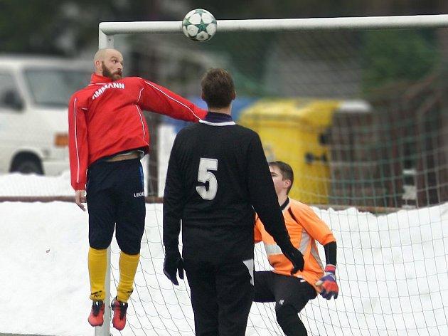 JEDNÍM gólem se na vítězství Nového Města nad Holicemi podílela i nová zimní posila – Josef Semerák (ve výskoku).