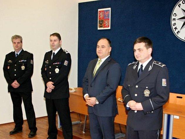 Policisté obdrželi medaile od královéhradeckého krajského policejního ředitele Martina Červíčka, někdejšího policejního prezidenta.
