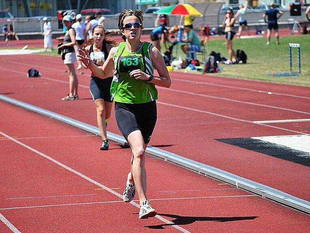 Do rozjeté ligové soutěže nastoupila ve třetím a čtvrtém ligovém kole také Eva Vítová (dříve Burdychová). Svoje starty na 3000 a 5000 metrů proměnila ve vítězství a po narození syna se vrátila na dráhu ve velkém stylu.