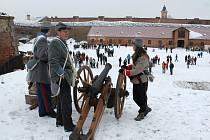 Salvy z kanónů zněly v posledním odpoledni starého roku nad pevností Josefov. Uskutečnily se zde Silvestrovské střelby.
