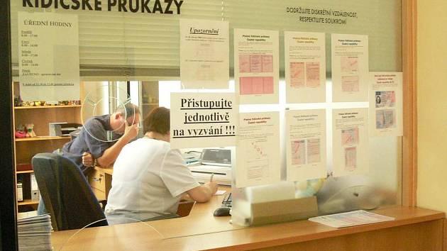Na úseku řidičských průkazů MěÚ v Náchodě  se během středečního úředního dne šoféři toužící po výměně průkazu u přepážky rozhodně nemačkali.