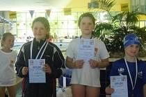 ŠTĚPÁNKA ROŽNOVSKÁ (uprostřed) si z Jičína přivezla kompletní medailovou sbírku. Po vítězství na trati 100m prsa brala stříbro na 100m znak a bronz na 100m volný způsob.