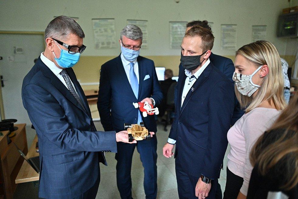 Andrej Babiš a vicepremiér Karel Havlíček zavítali do ZŠ a MŠ v Teplicích nad Metují. Součástí byla ukázka moderní výuky dějepisu, využití on-line výuky skrz projekt Digitální pohotovost 4.0 a ukázky práce žáků s 3D tiskárnou a laserovými technologiemi.