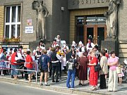 VE ČTVRTEK počasí festivalu nepřálo. Akce se proto z  přírodního areálu přesunula do Divadla J. K. Tyla. Soubory, které zde vystoupily, putovaly dále do sokolovny, kde stejný program představily dalším divákům.