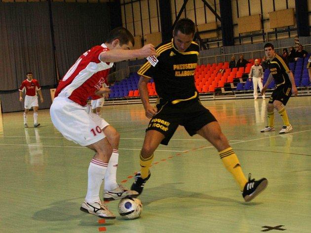 S cílem potvrdit dvě domácí vítězství odjedou zítra futsalisté Bělovse (bílé trenýrky) k dalšímu turnaji.