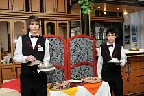 STUDENTI HRONOVSKÉ HOTELOVKY příchozím návštěvníkům kromě jiného předvedli i to,  jak umějí míchat drinky.