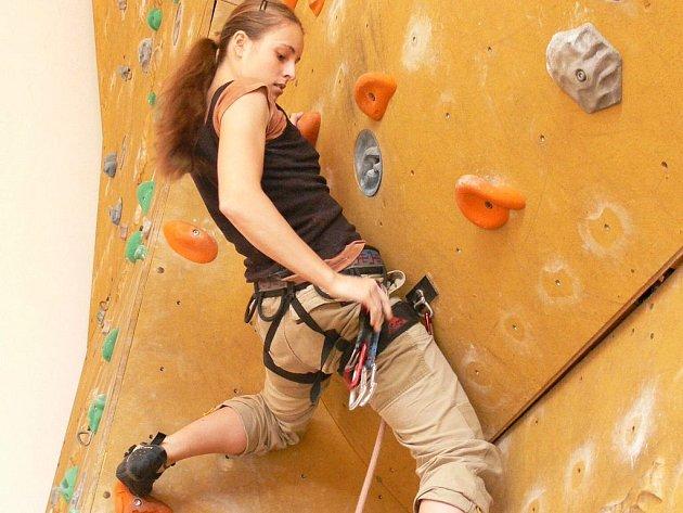 Opravenou horolezeckou stěnu vyzkoušela i studentka Zdena Adamů.