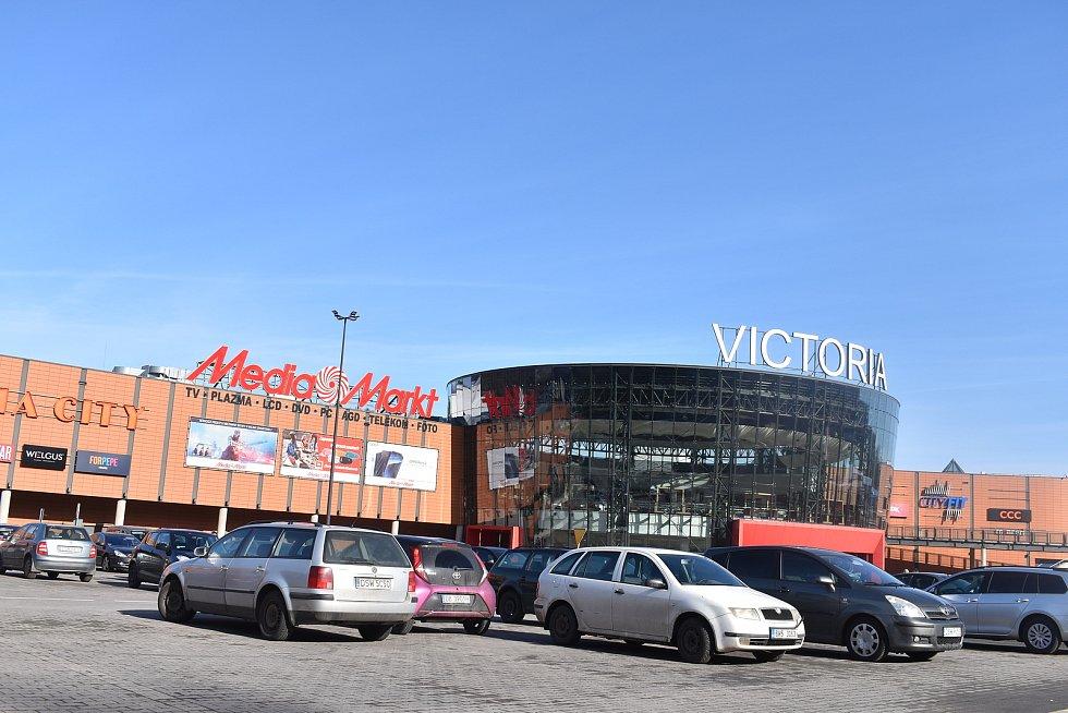 U nákupního centra Victoria se v sobotním dopoledni parkoviště celkem rychle plní.