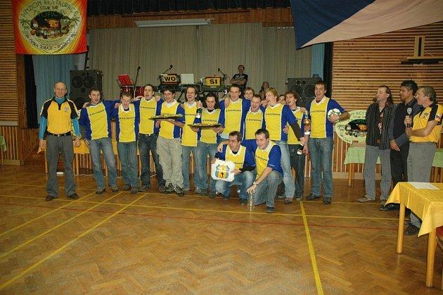 Vítěz první ligy Piškotky Doubravice, druhý zprava prezident ČMFS malé kopané Filip Juda, třetí zprava Michal Ulrich, majitel restaurace Tropical-hlavní sponzor.