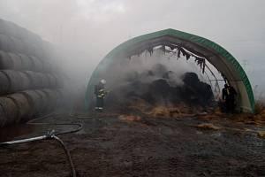 Jeden stoh sena a slámy hořel, druhý hasiči před plameny uchránili.