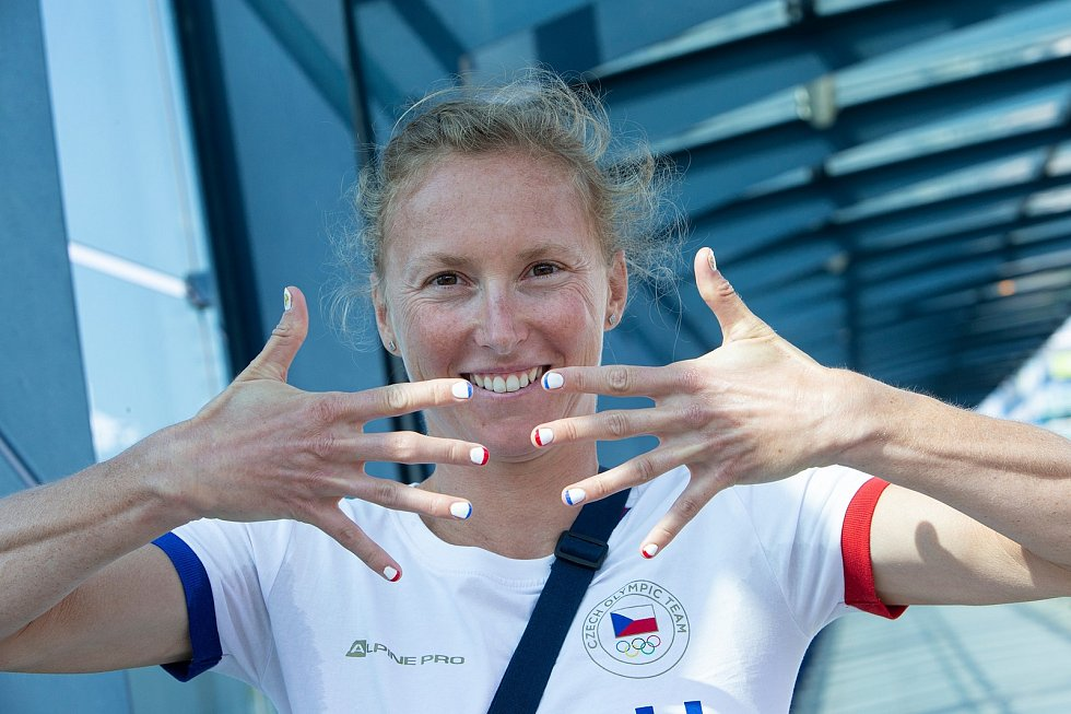 Vendula Frintová odlétala do Tokia s nehty namalovanými v českých barvách a s olympijskými kruhy na palcích.