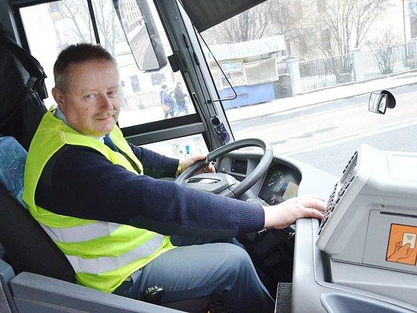 ZA VOLANTY AUTOBUSŮ zasedli včera 5.ledna řidiči oblečení do žlutých či oranžových reflexních vest.