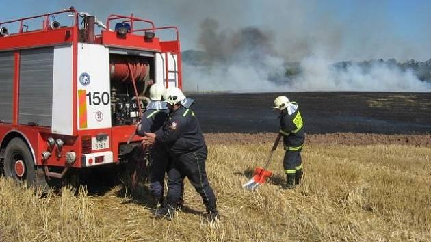 Suché počasí i lidská nedbalost jsou příčinami častých požárů. Tento vypukl  nedávno na poli v Rožmitále u Broumova.