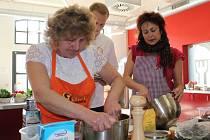 Předvést své kulinářské umění vyrazila v pátek ráno Anna Týfová z Martínkovic na Broumovsku, autorka vítězného receptu východočeského kola celostátní soutěže Česko vítá jaro.