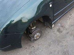Automobil bez pneumatik. Ilustrační snímek.
