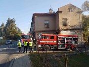 Byt celý vyhořel, hasiči z domu vyvedli dva lidi.